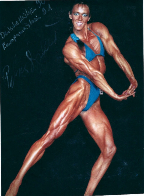 girl-sitting-petra-bodybuilder